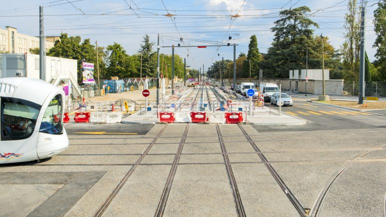 Tram T6 Pinel carrefour route voiture © Tim Douet